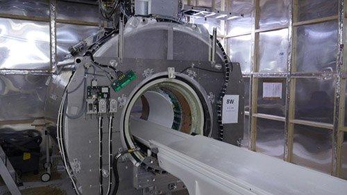 Изображение МРТ аппарата внутри МРТ-комнаты