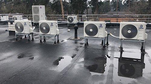 Второе изображение наружных блоков кондиционеров Sakata, расположенных на кровле здания