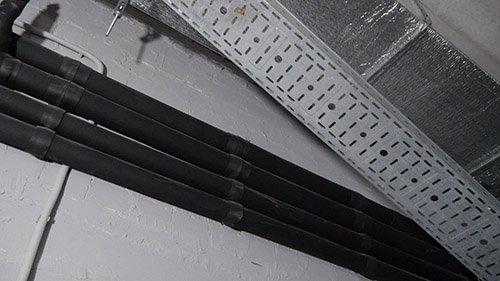 Изображение полипропиленовых труб для системы чиллер-фанкойл, проложенных под потолком