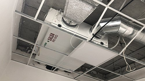 Изображение вентиляционной машины Salda, установленной под потолком на втором этаже