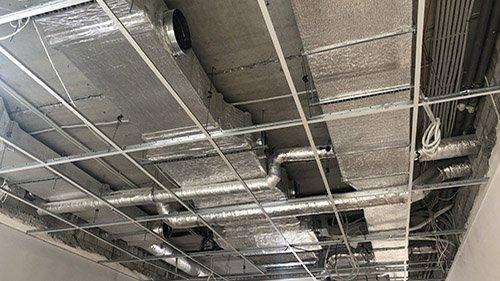 Первое изображение сети воздуховодов, смонтированных под потолком