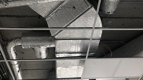 Второе изображение сети воздуховодов, смонтированных под потолком