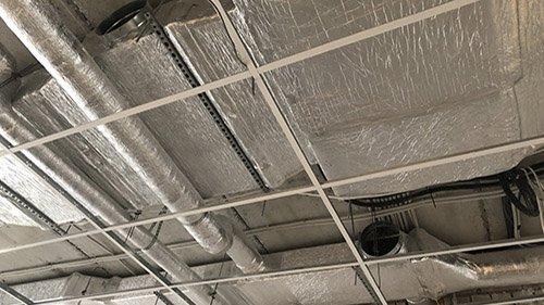 Третье изображение сети воздуховодов, смонтированных под потолком